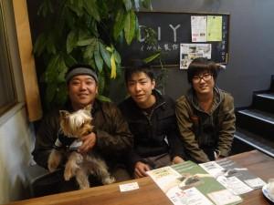 写真の左から、工事部部長の谷川さん(&日直のはるちゃん)、竹井さんそして三井さん